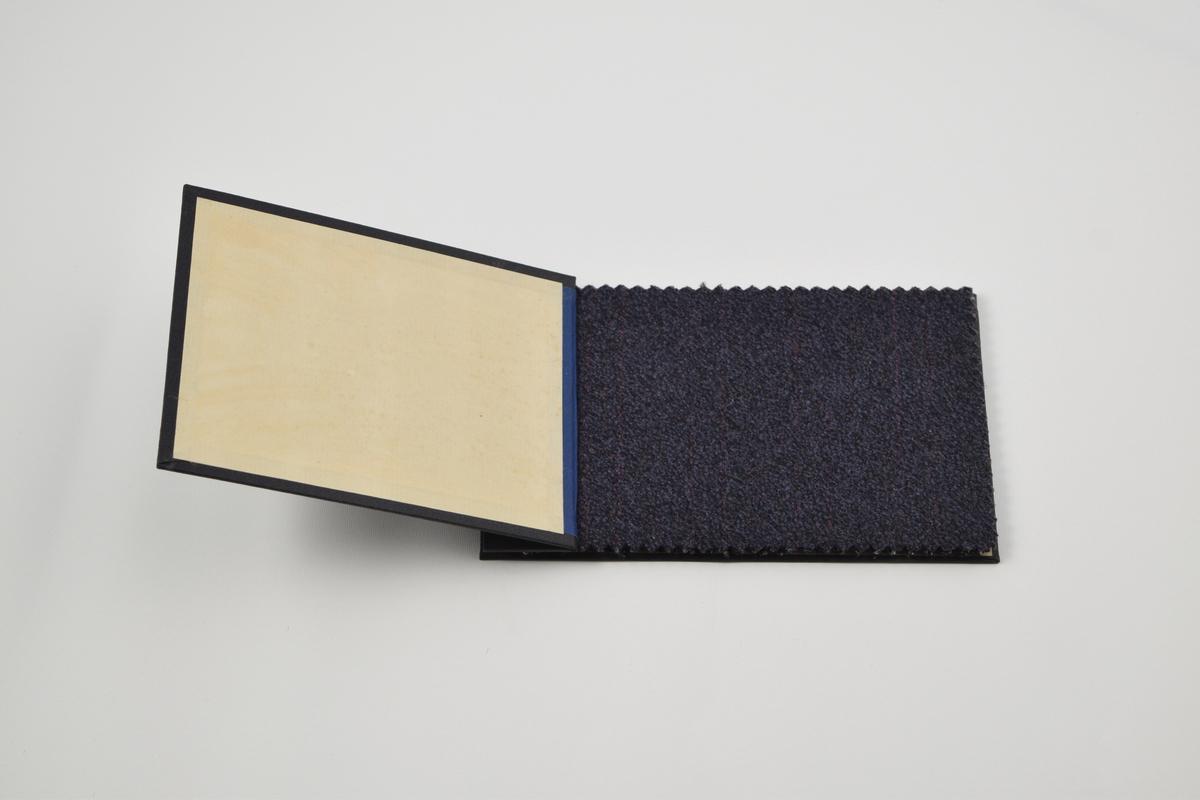 Prøvebok med 5 prøver. Middels tykke stoff med ulike mønster. Ingen av stoffene er merket i denne boken.