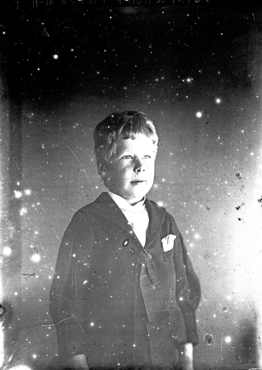 Porträtt av pojke. (Dålig bildkvalitet). Fotograf okänd.