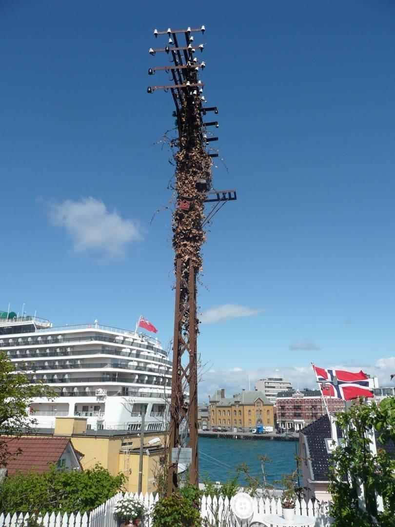 Jernstolpen i Stavanger er den siste som står igjen av opprinnelig flere hundre. Det var krevende å vedlikeholde jernstolpene. Derfor valgte man å gå over til trestolper, som kunne impregneres med kreosot. Kreosotimpregnering kom rundt 1911.