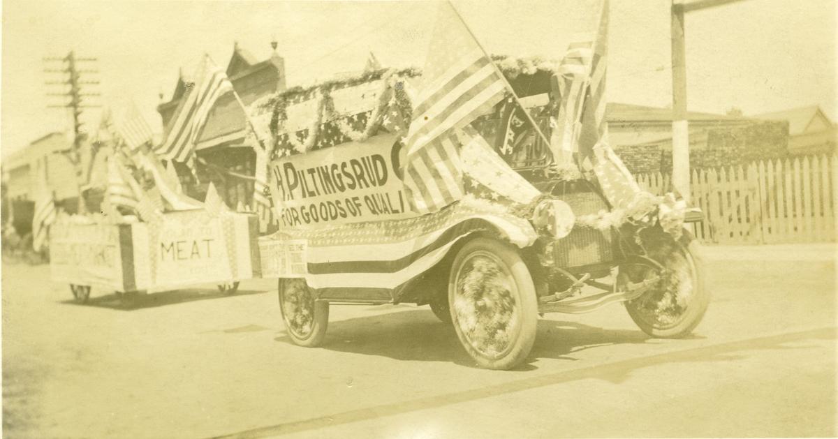 Fra en parade i Amerika. Bildet viser en bil med firmareklame for H. Piltingsrud.