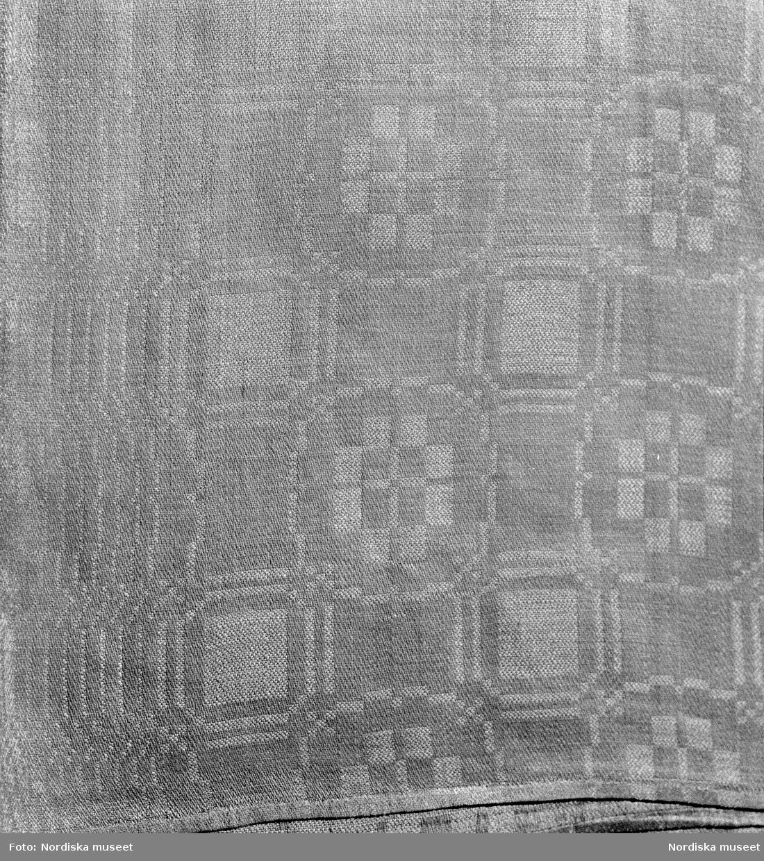 Duk av linneddräll, troligen tillverkad i Flor. Dukens mått 150x200 cm. Flor inv. nr. 1267. Brukad i Flästa, Arbrå.