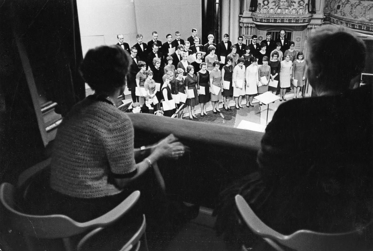 """Uppsala Akademiska Kammarkör på Gävle Teater. Från utställningen """"Gävlar i stan"""" på Gävle Museum 1967."""