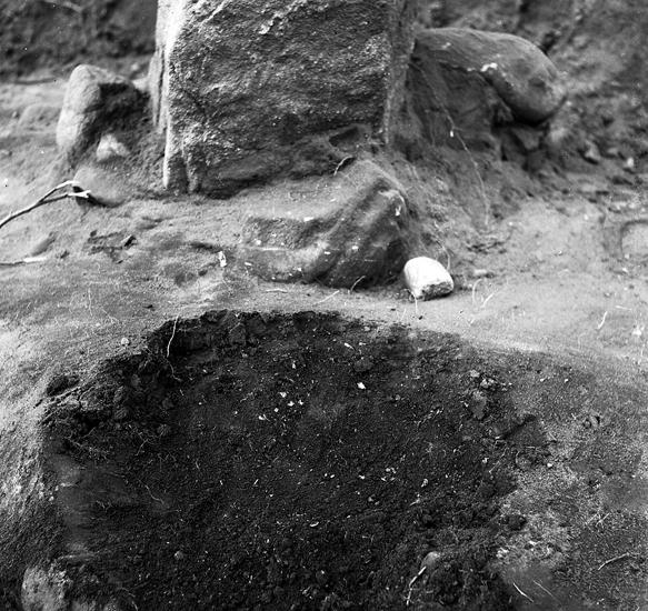 Foto av en djup grop från en rest sten.