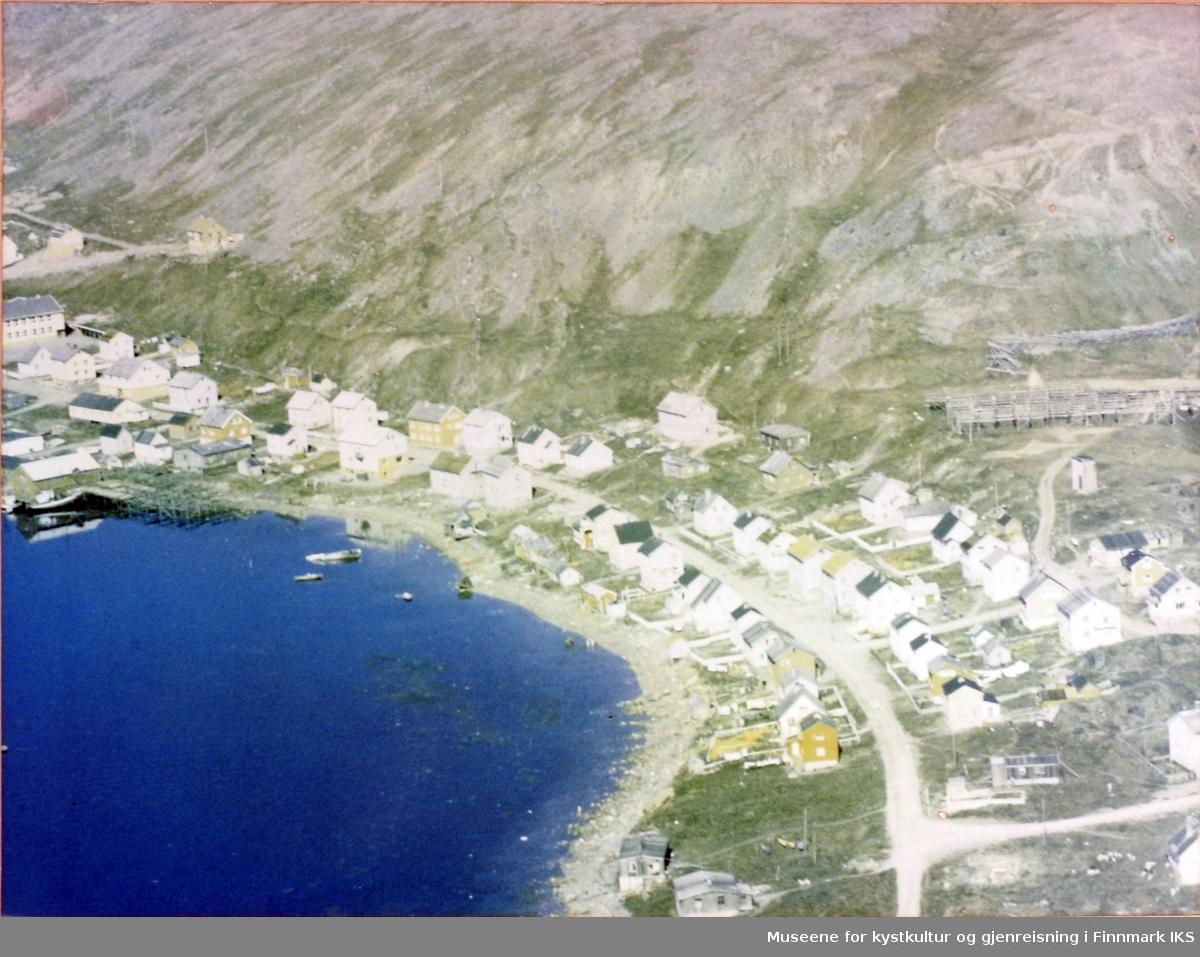 Flyfoto av deler av Nordvågen. Helt til venstre skolen, til høyre fiskehjeller.