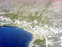Flyfoto av deler av Nordvågen. Helt til venstre skolen, til