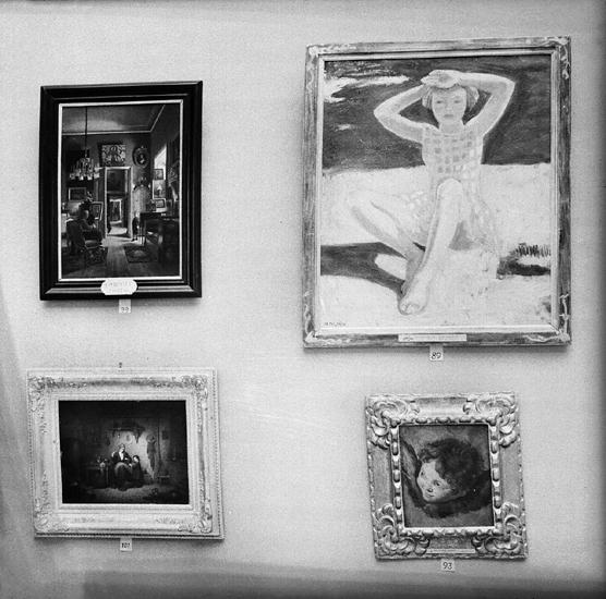 Foto av flera tavlor med olika motiv (barn och interiörer).
