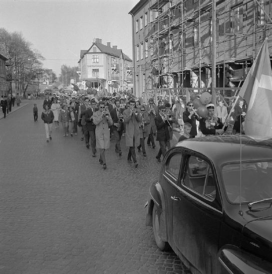 Studenterna, tredje d. 1960. Studenterna m.fl. marscherar längs Storgatan mot Stortorget. I bakgrundensyns bl a Strykjärnet och Smålandspostens hus.