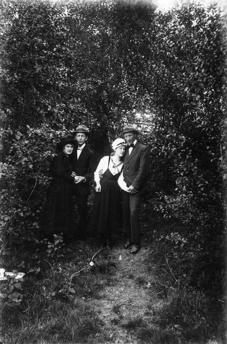 Från vänster Elin Hällmér, Mjölnar-Viktor (Olsson), Anna och Herman Larsson.