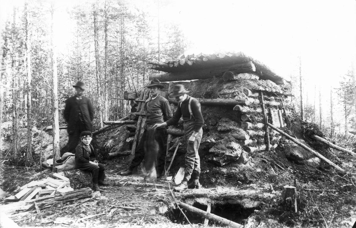 Utflykt till skogsarbetarkoja på 1910-talet.