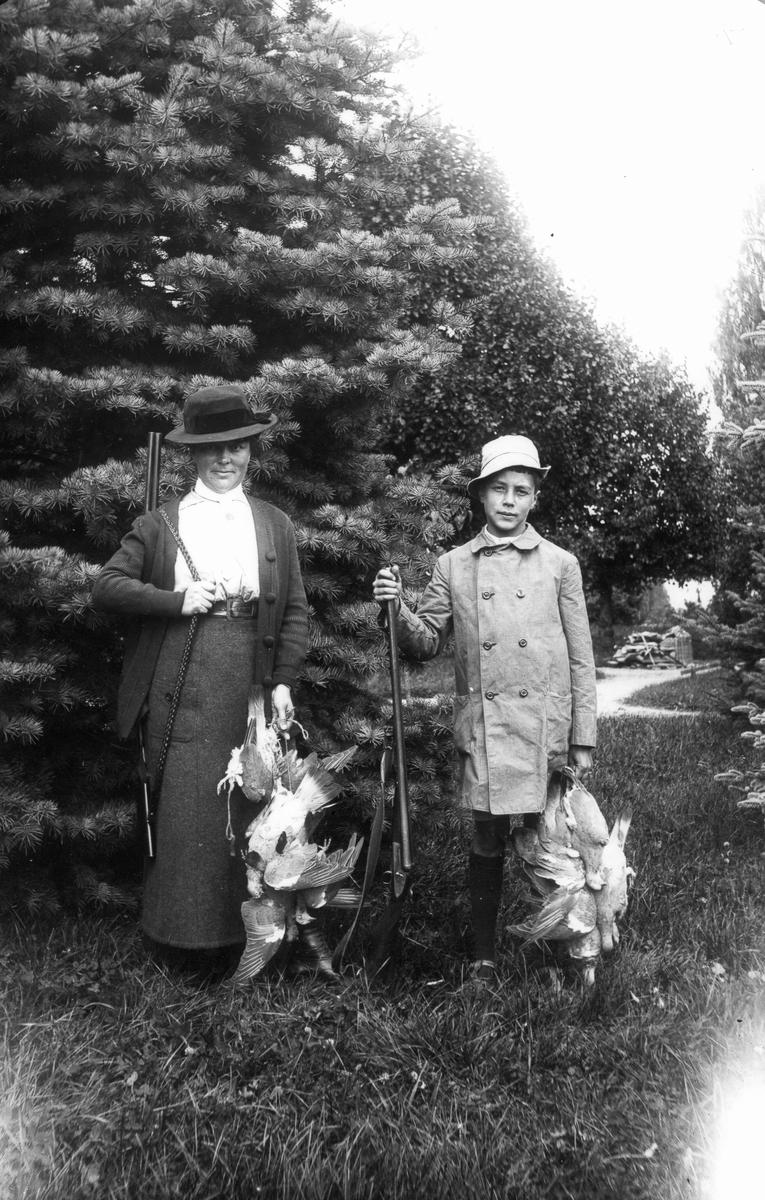 Fru Ella Bellander med sonen Sixten efter lyckad fågeljakt.
