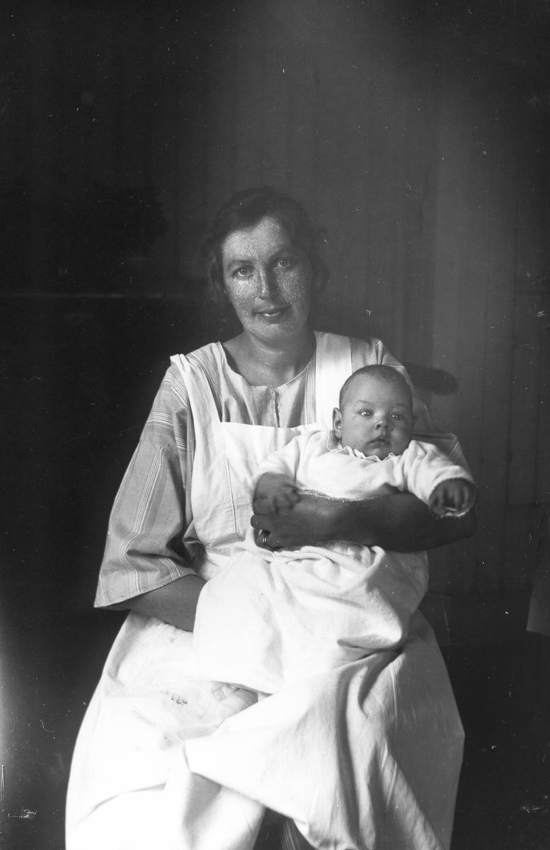 Astrid Nilsson med sonen Lars.