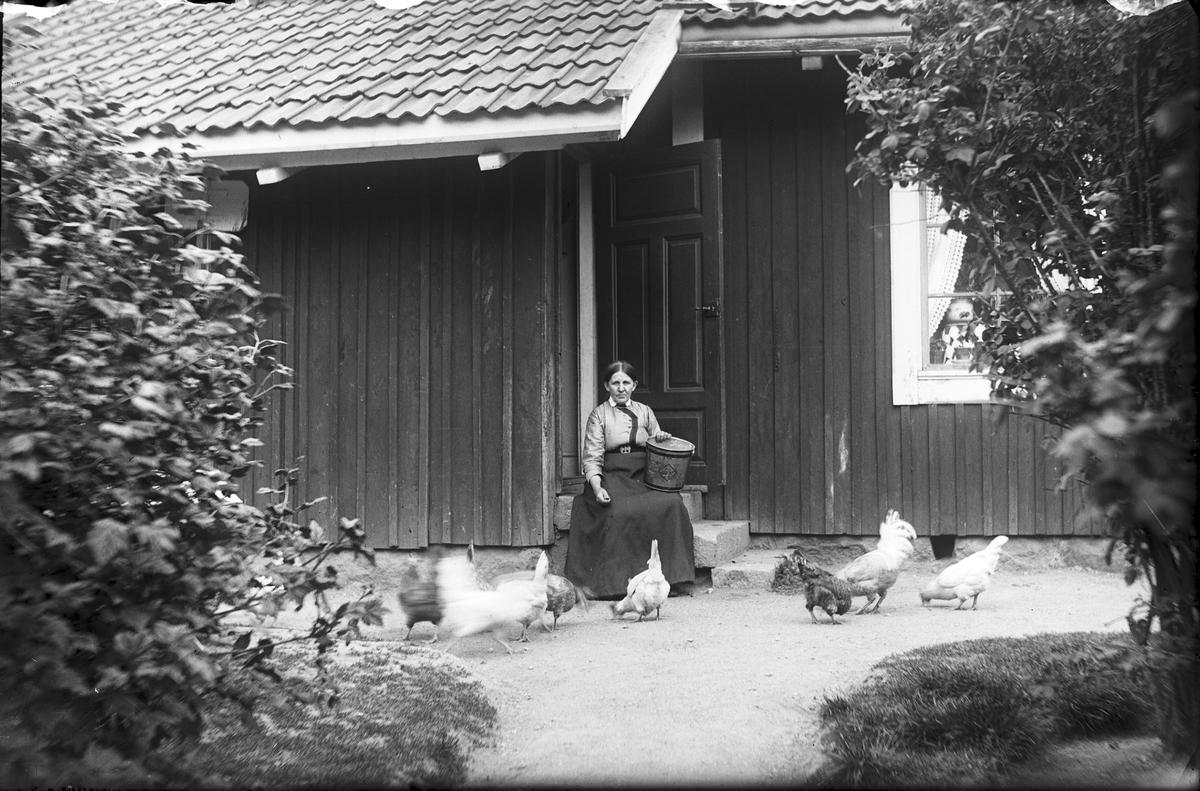 Ida Gustafsson, född 1859, vid banvaktstugan.