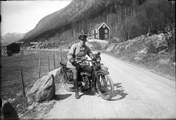 Mann på Harley Davidson motorsykkel