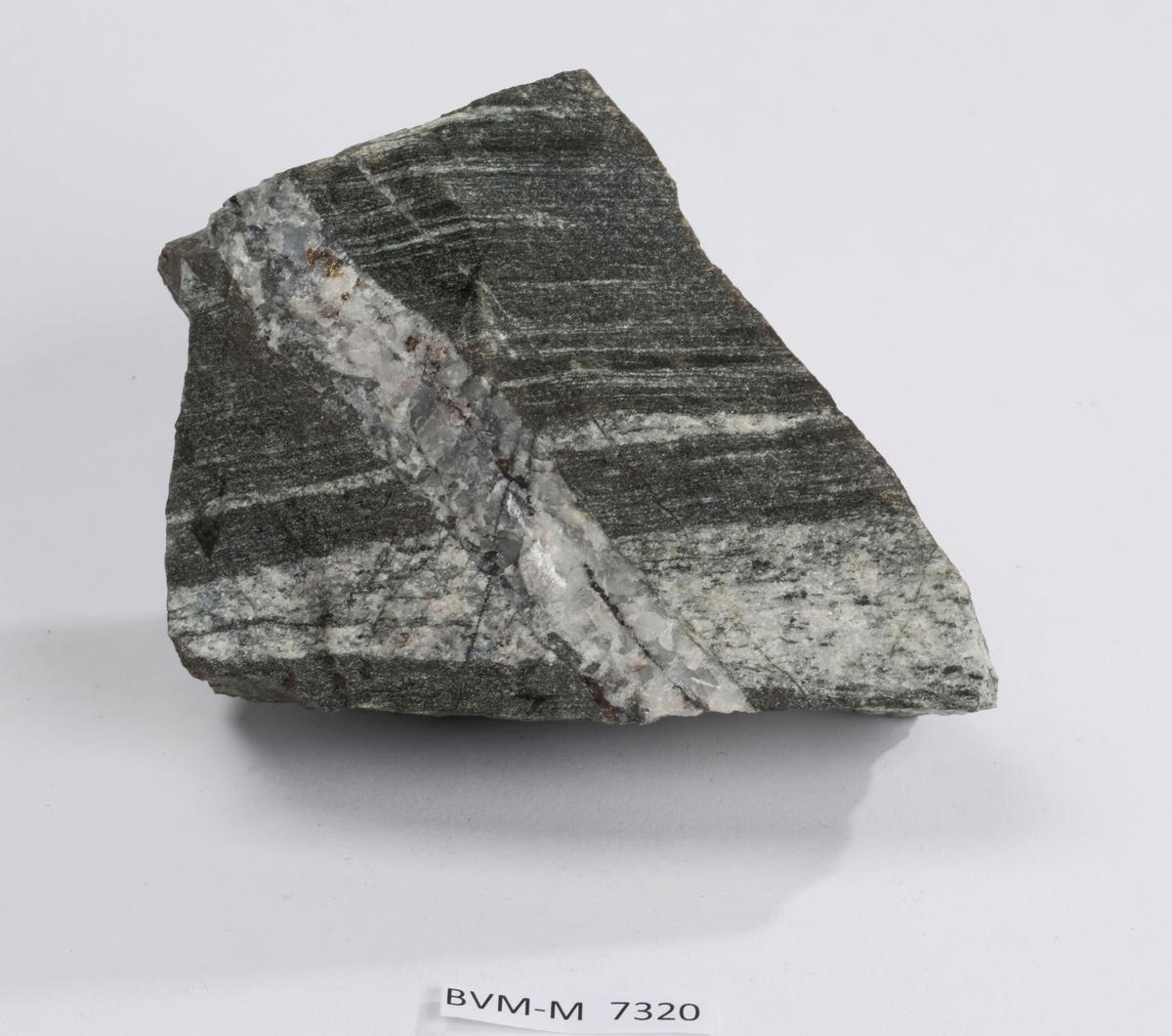 Gneis med 2 cm bred mineralisert kalkspatgang. Ingen info.
