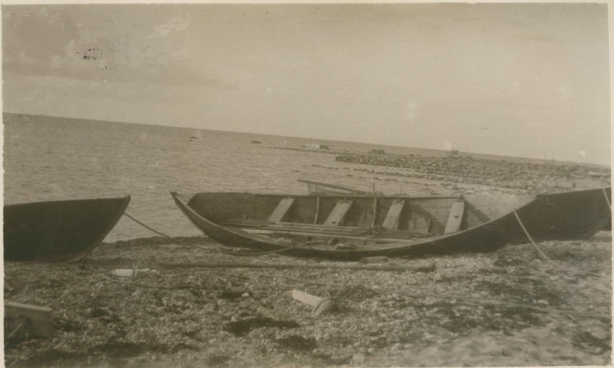 Gotlandssnipa - tvåmänningsbåt, uppdragen på stranden i Böda.