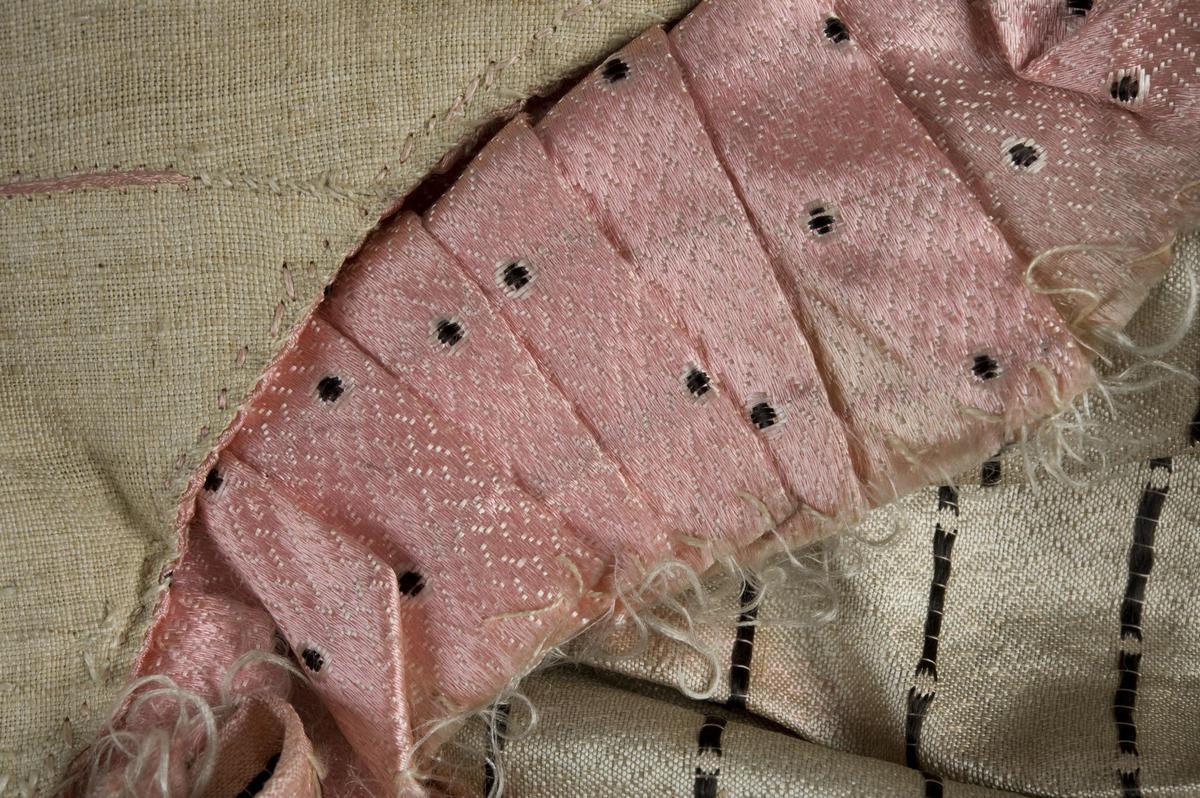 Detalj av rokokko pikekjole på Norsk Folkemuseum