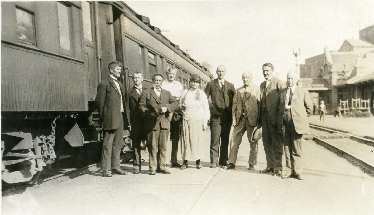 Ei kvinne og åtte menn står utenfor et tog i Minneapolis 5. juni 1925. Olaus Islandsmoen er nr. 4 fra høyre.
