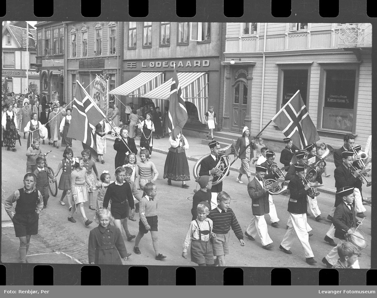 Kretsmøte i Saniteten Levanger, butikken til L. Ødegaard bak.