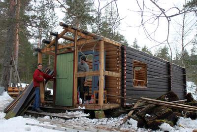 DNT-hytta Hovinkoia i Holleia på Ringerike demonteres før flytting til Slottsparken og Norsk Folkemuseum i 2016.