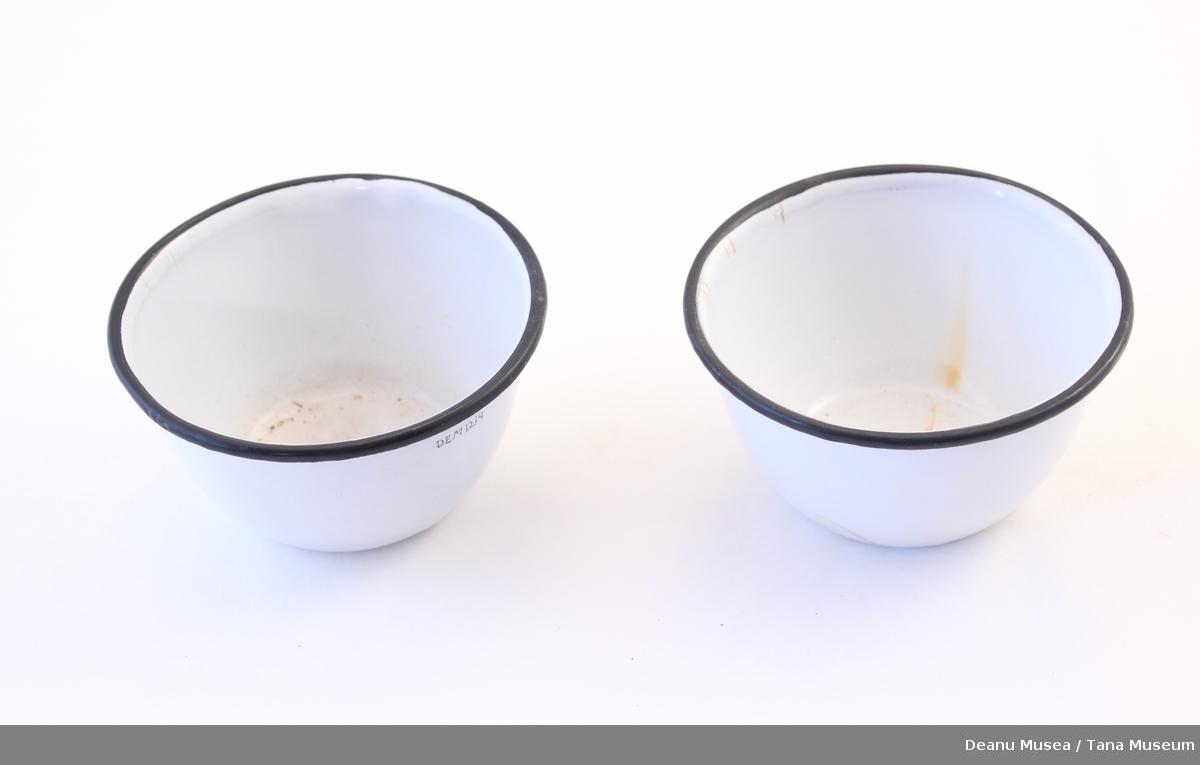 2 stk glaserte hvite skåler med svart øvre kant.