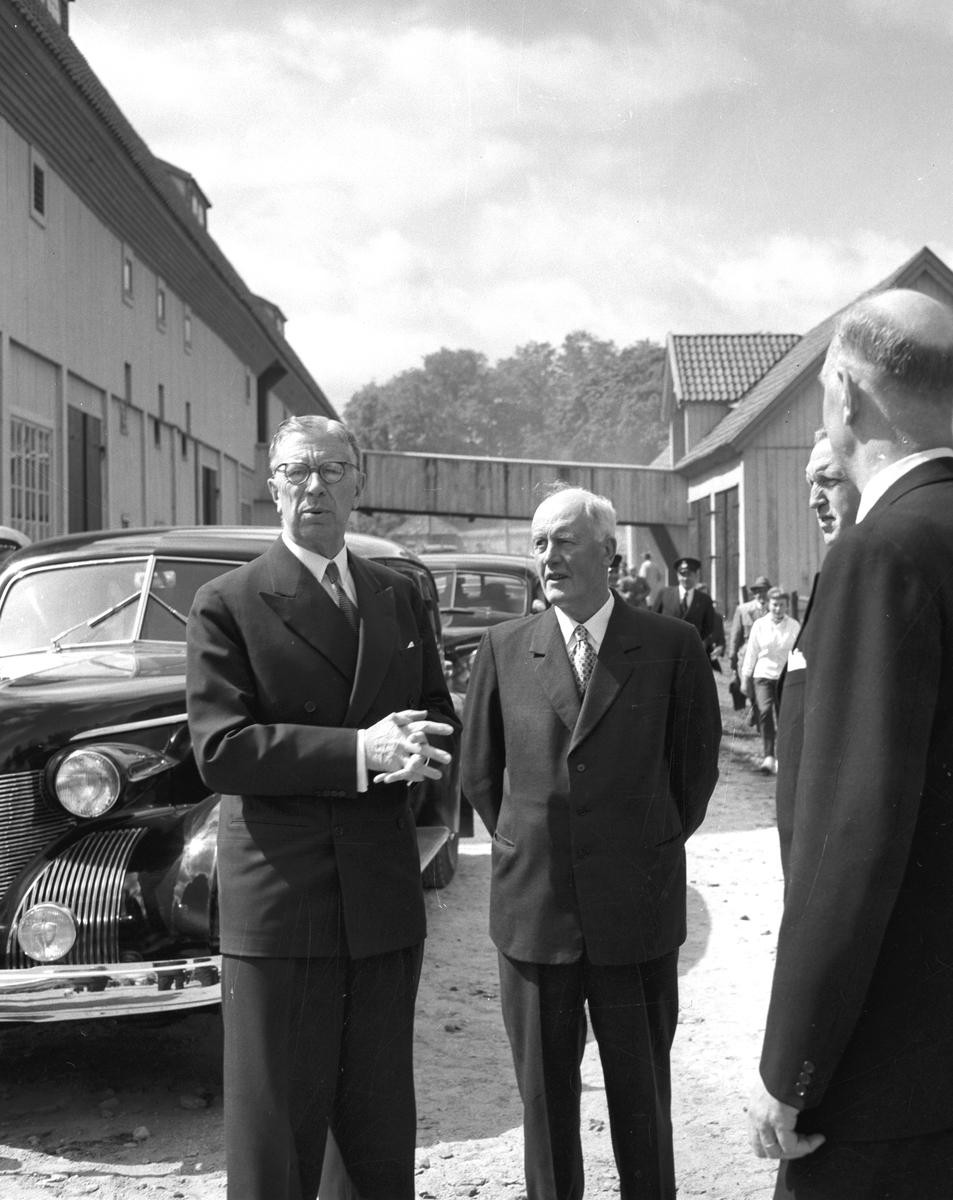 Kung Gustav VI Adolf  på besök i Kungsgården i början av 1950-talet.