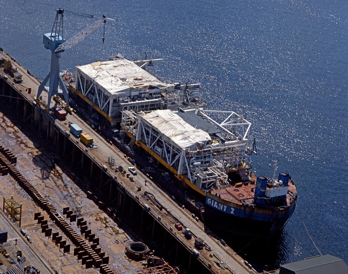 "HMV. Flyfoto. Moduler under transport ombord på ""Giant 2""."