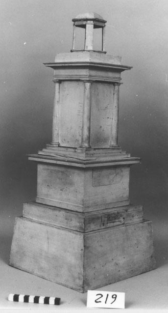 Ringklocketorn, modell av trä, vitmålad. Repererbar.