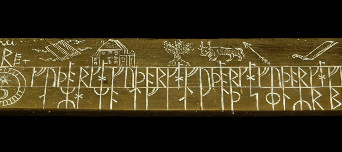 Kalenderstav i form av en svärdsformad runkalender. Tillverkad av mässing i Norrköping år 1743. Plan kavel med dubbelt grepp och ringformig knapp. Kalender på klingans båda sidor. Vid spetsen på klingans båda sidor en krönt drakslinga med runor. Transkription: HINRIK IAKOB SIUERS LIT RITA STAF DINO I NORKOBING. IAKOB MOERLING RISTI RUNOR OK MARKADI samt KARL WILHELM LINDSTEDT GROSSHANDLARE I NORKIOBINK. Runt knappens hål med latinsk skrift: 1743 NORKIÖPING samt C.W. LINDSTEDT.