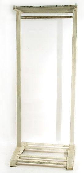 Klesstativ  med hattehylle øverst og ben med 4 sprosser nederst