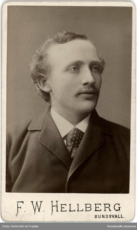 Två porträtt på möbelsnickaremästaren Gustaf Hydén (f. 1860 d. 1934). Gustaf Hydén var gift med stadsbarnmorskan Anna Hydén. De hade först sin bostad samt snickeri på Bergsgatan (nu 29) och flyttade därefter till Skepparegatan 12, Norrmalm.