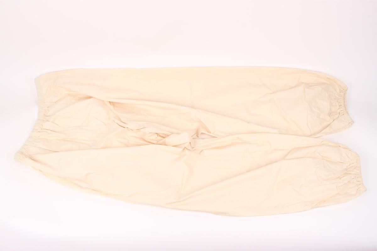 Overtrekksantrekk bestående av anorakk med hette og vindbukse.