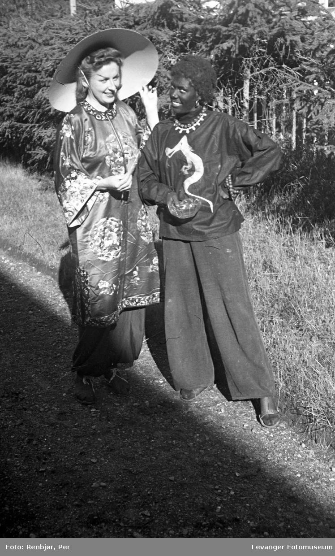 Sanitetens opptog, Levanger, unge utkledde som asiat og afrikaner.