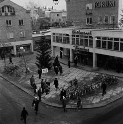 Julhandel och julbrådska, Forumtorget, Uppsala 1958