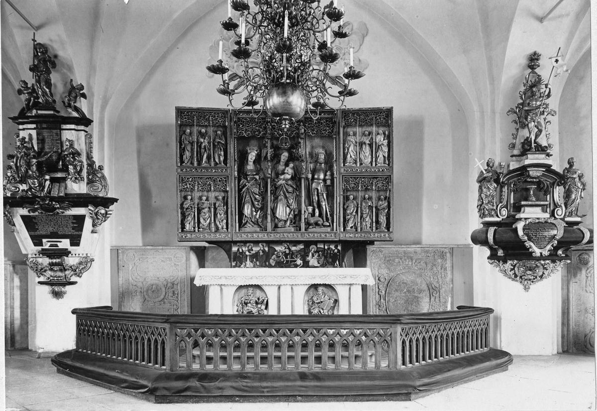 Köpings Kyrka Altarskåpet öppet, samt altaret.