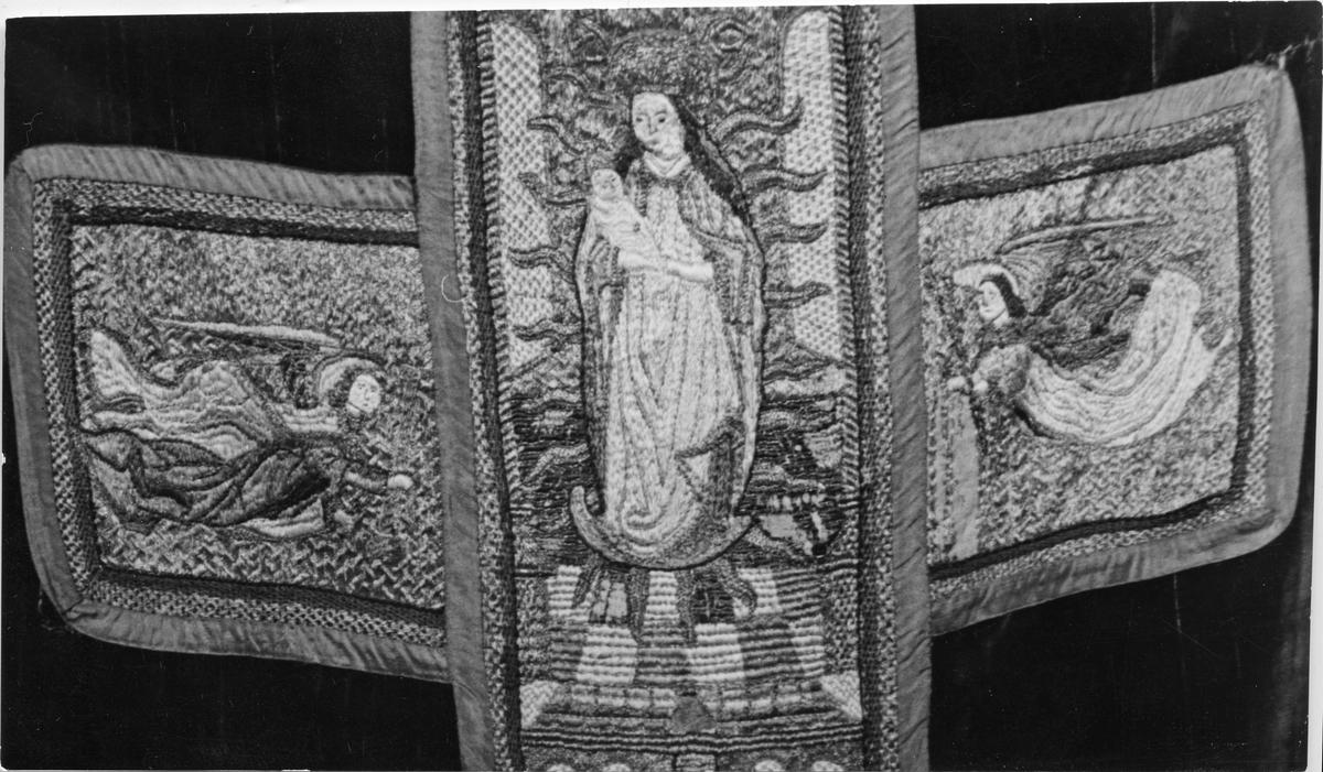 Mässhake från 1700-talet med broderat kors.