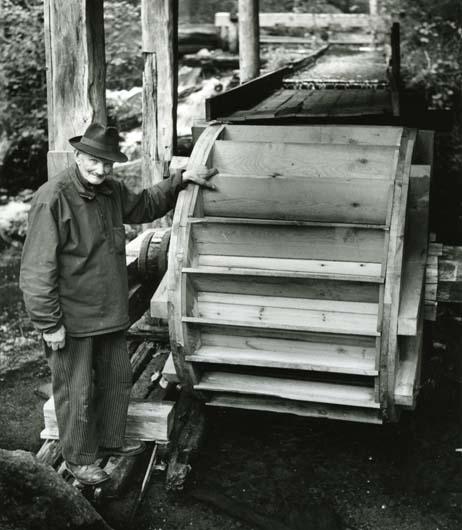 Jonas Ström, en av dem som ideellt byggde nya vattenhjulet i Trolldalen. Överfallshjul som förr, september 1960.
