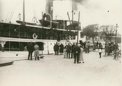 Kalmarsundsfärja i Ölandshamnen, midsommaraftonen 1929.
