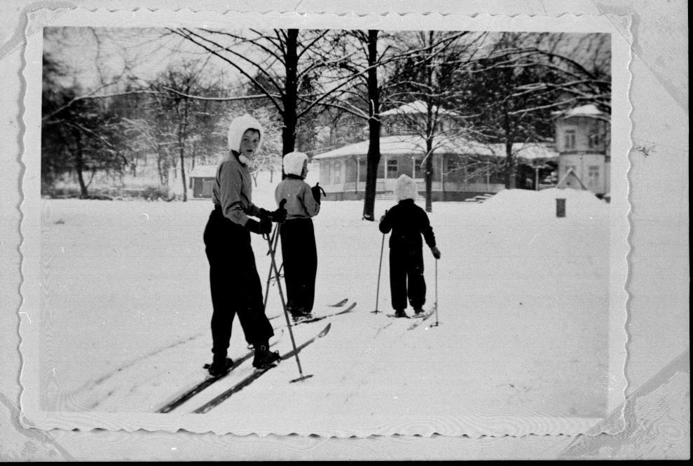 Skidutflykt i parken omkr. 1943. Inger Billman tittar häråt.