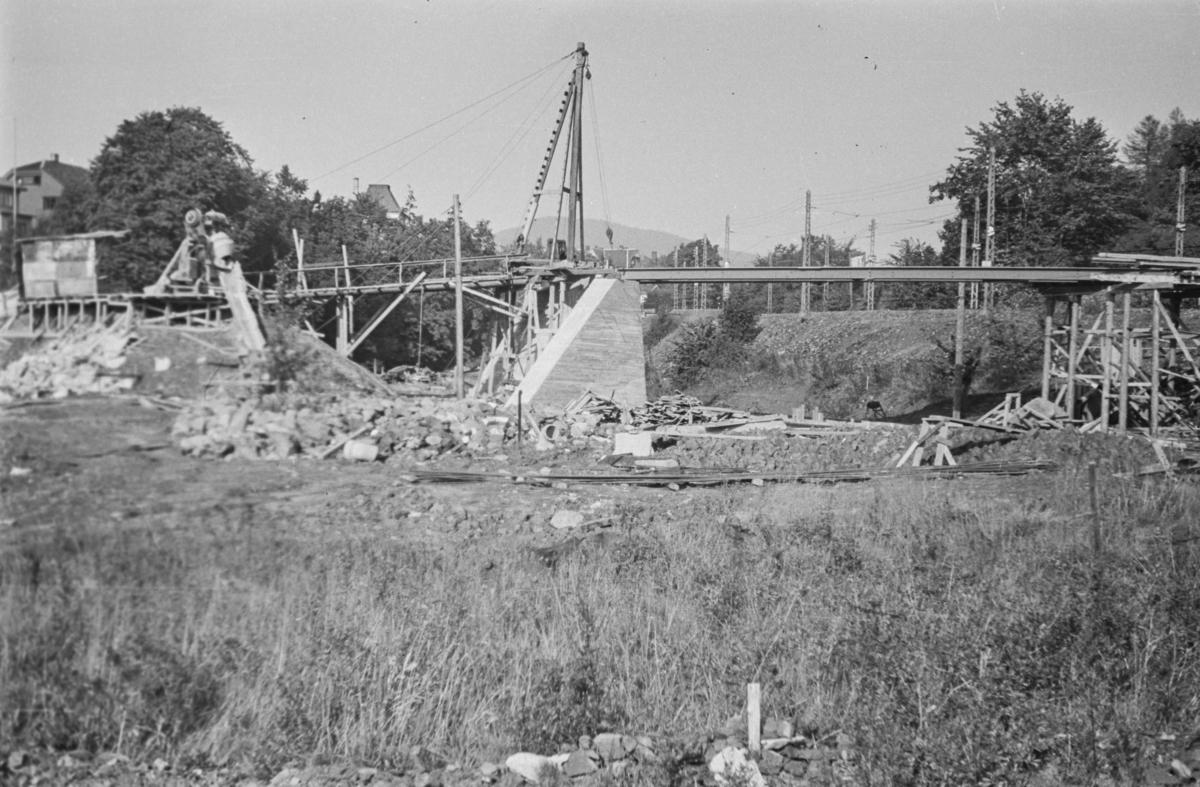 Fra omleggingen av Tryvassbanen og Røabanen ved Majorstuen. Bygging av bro for Røabanen.
