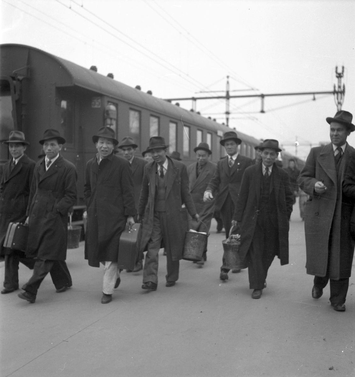 Japaner på centralplan utanför järnvägsstation