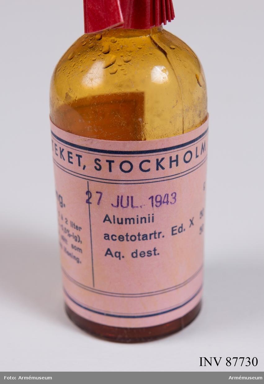 """Lådan innehåller följande: •4 st Arméns hudsalva •1 st glasburk Soda, torkad •1 st glasburk Bikarbonat, tillverkad nov 1940 •1 st glasburk Emsersalt, slemlösande medel •1 st glasburk Bromnatriumtabletter """"Som lugnande medel"""" •1 st glasburk Alsollösande •1 frp Vismuttabletter •1 glasburk bensin ca halvliter, något avdunstad •1 frp Kloramin, Purisolum purum (desinfektionsmedel) •1 burk Karlsbad piller, laxermedel •2 frp 50 st Magnecyltabletter •2 frp Kodeintabletter (smärtstillande) •1 frp 25 st morfintabletter (lugnande) •Packsedel, Stille Stockholm daterad 22/4 1943 (dock ej överensstämmande med innehållet)"""
