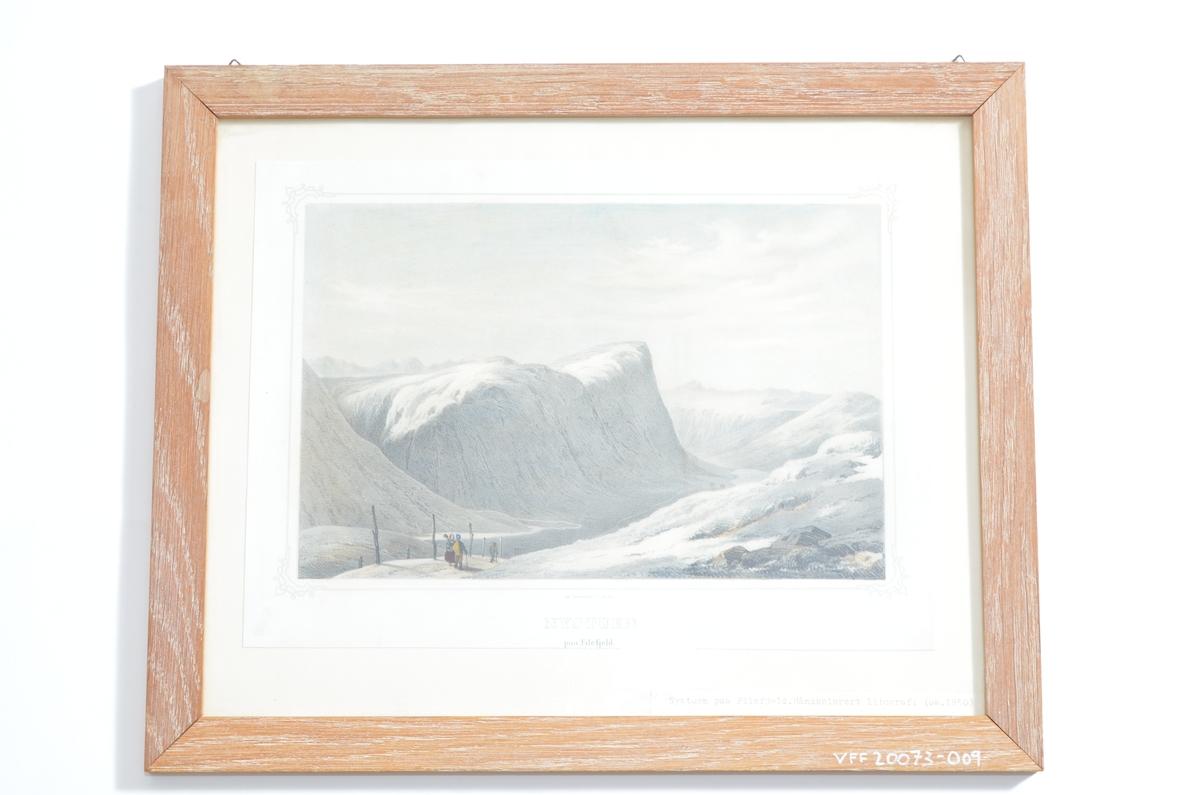 Motivet viser utsyn over Filefjell fra skysstasjonen Nystua i Vang. I forgrunnen ses mennesker på en veg, i bakgrunnen dal- og fjellandskap. Litografiet  er håndkolorert.