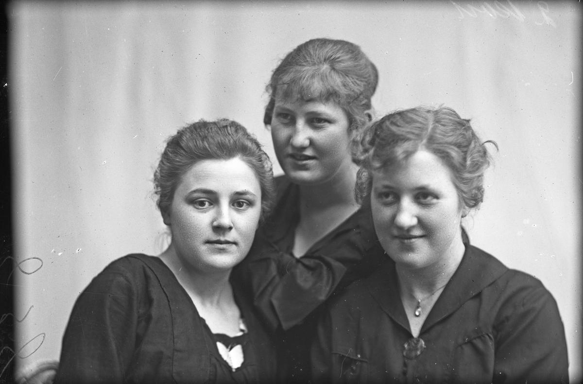 Gruppebilde av tre jenter. Hun i midten er Sigrid Hallen, en av de andre er frk. Karen Karlsen.