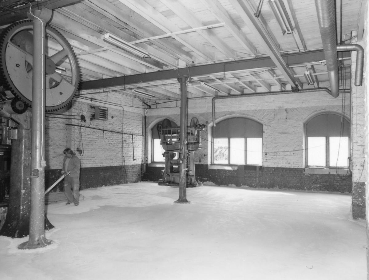 Bottenvåningen med två exenterpressar av äldre modell.  Fastigheten byggd 1895? för AB Åkerredskap, övertagen 1928 av AB ATSA. Nu i Förenade Well´s ägo.