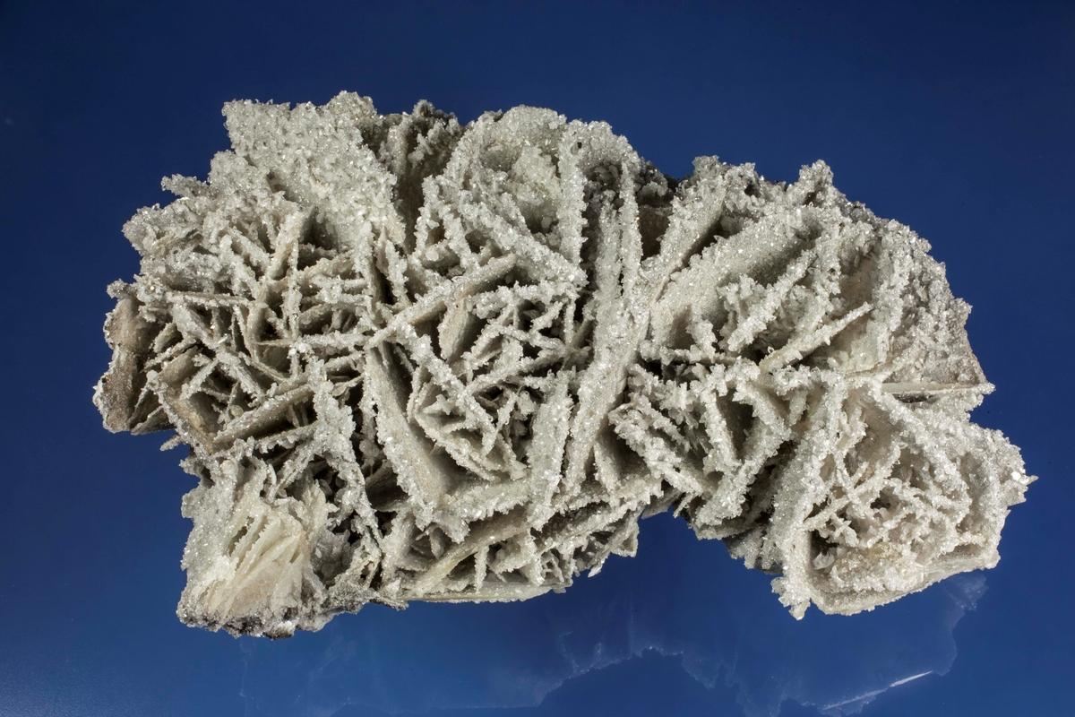 Apofyllitt, små krystaller på kammer av kalsitt. Dalen-Kjørholt, 263N.