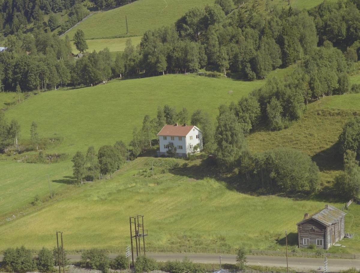 Bolighus Kårfald, gammelt bolighus foran, jorder, Bødalen, Vestre Gausdal