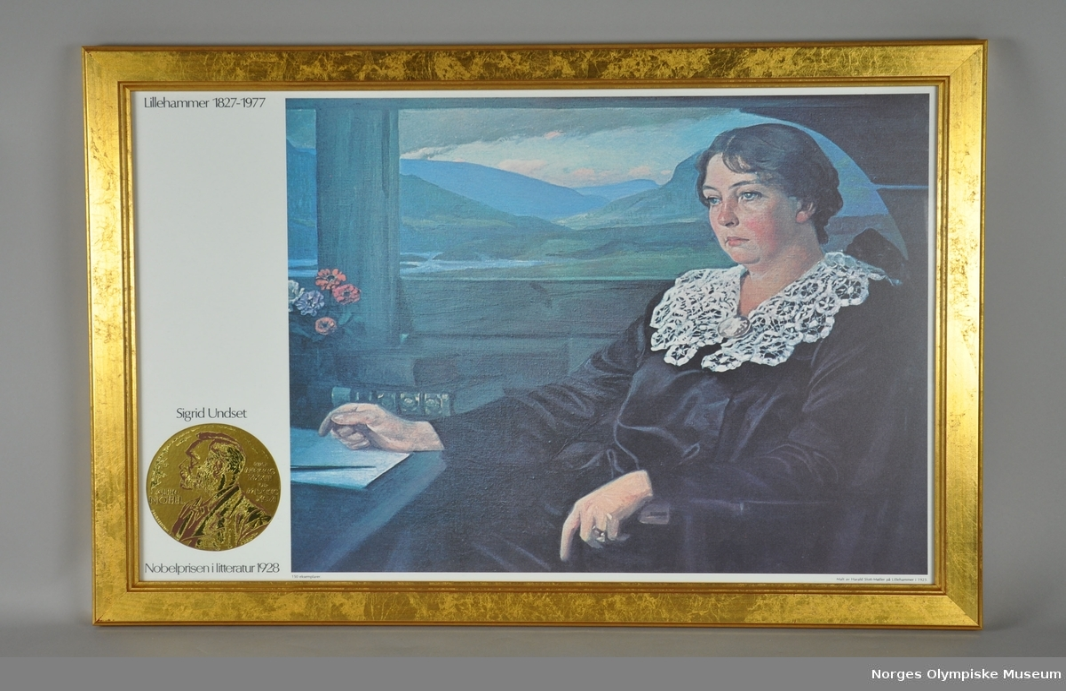 Innrammet plakat med motiv av et portrettmaleri, trykt. Motivet er Sigrid Undset i sittende positur foran en skriveblokk. I bakgrunnen er det åpent landskap gjennom vindu. Bildet står i en treramme med gullfarge. Bak rammen er det metalltråd på tvers, for oppheng.