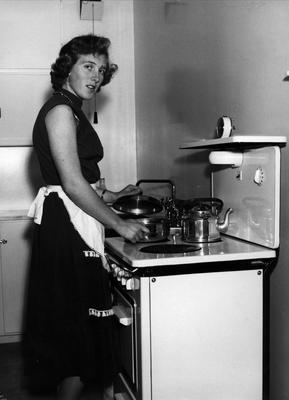 Kvinne ved komfyr 1956