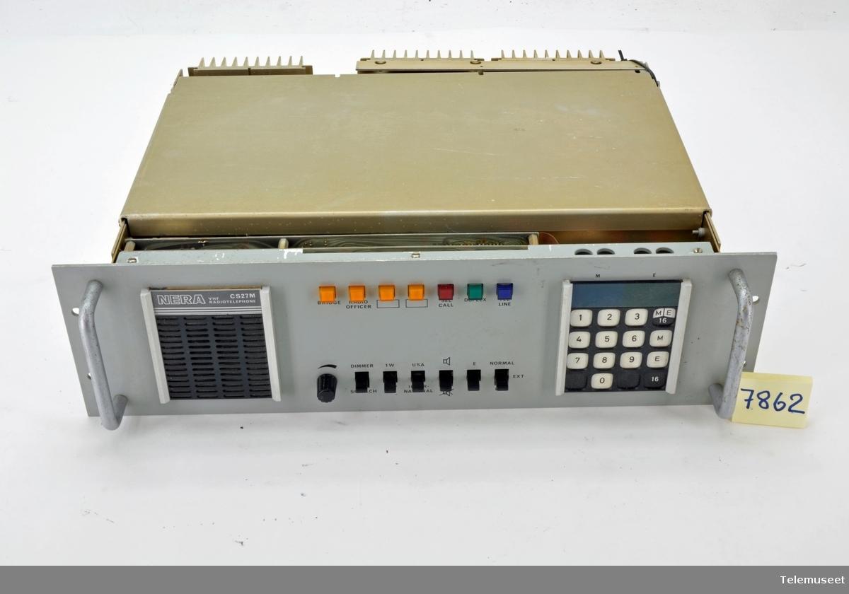 """Simplex og full duplex.. Utgangseffekten 25 W, 24 V Maks 100 kanaler  Fulltransistorisert syntherisert maritim stasjon for 19"""" rack-montering.."""