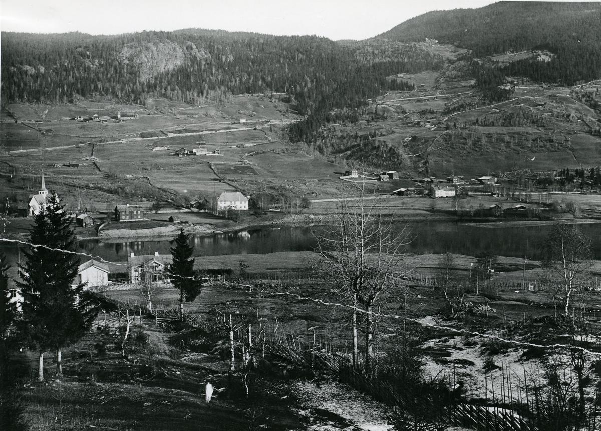 Fra vestre Bagn, mot østre Bagn. Kirka midt på bildet, til venstre.